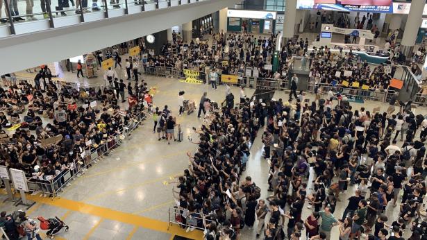 استئناف الرحلات الجوية في مطار هونغ كونغ وصدور أمر قضائي بمنع تعطيل عمله