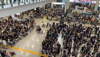 """احتجاجات هونغ كونع تدفع الرئيس التنفيذي لشركة الطيران """"كاثاي باسيفيك"""" للاستقالة"""