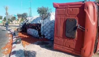 انقلاب شاحنة كبيرة محملة بالطماطم بين مدينتي أيت ملول وأكادير دون أن يخلف ضحايا