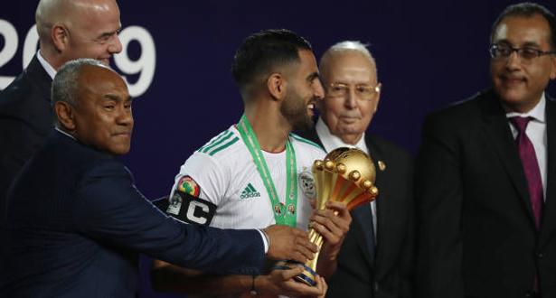 فيديو .. لحظة تتويج المنتخب الجزائري بالكأس القارية