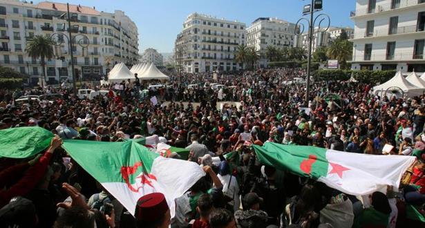 الجزائر : آلاف الطلبة ينزلون الى الشارع مطالبين برحيل النظام
