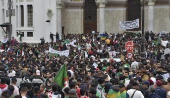حشود ضخمة في شوارع العاصمة الجزائرية ومدن أخرى
