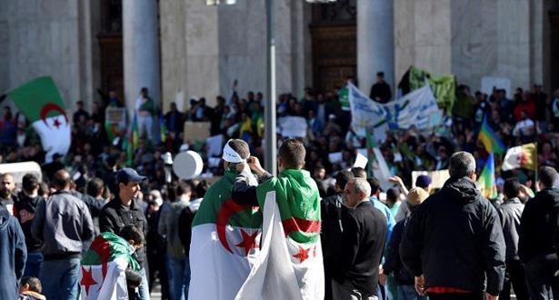 حشود المتظاهرين في وسط العاصمة الجزائرية للأسبوع الرابع على التوالي