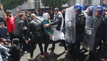 الشرطة تطلق غازا مسيلا للدموع خلال تظاهرة في الجزائر العاصمة