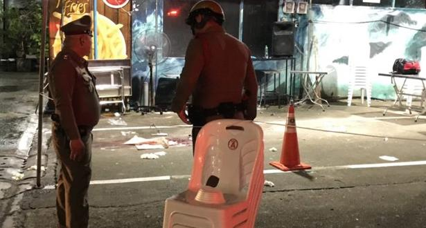 Un groupe de touristes pris entre les tirs croisés de deux bandes à Bangkok: un mort et quatre blessés