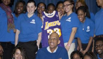 عبد الجبار أسطورة كرة السلة الأمريكية يبيع قسما من جوائزه بـ 3 ملايين دولار لتعليم الأطفال