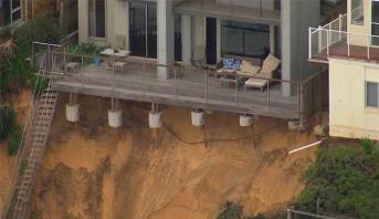 فيديو .. تآكل شواطئ وارامبل الأسترالية يجبر السكان على إخلاء منازلهم