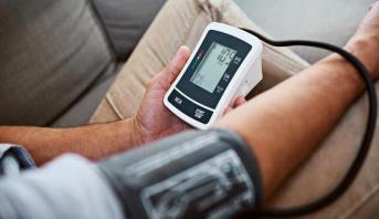 دراسة: التحكم في ضغط الدم يحمي من الإصابة بالخرف وضعف الإدراك
