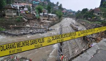 مصرع سبعة أشخاص في انهيار جسر معلق في إندونيسيا