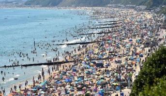 حشود تغزو شواطئ بريطانية في خضم أزمة كورونا