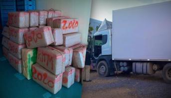 حجز طن و770 كيلوغراما من مخدر الشيرا على متن شاحنة موصولة بمقطورة للتبريد بأكادير