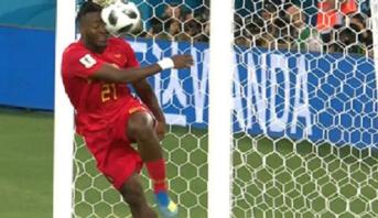 لقطة طريفة للاعب المنتخب البلجيكي باتشوايي خلال مباراة إنجلترا