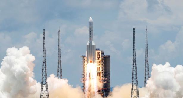 الصين تطلق مركبة فضائية لجلب عينات من القمر
