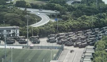 """قوات صينية قرب حدود هونغ كونغ وترامب يدعو بكين إلى التصرف """"بإنسانية"""""""
