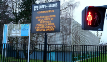 Coronavirus: la France ferme ses écoles et demande aux seniors de rester chez eux