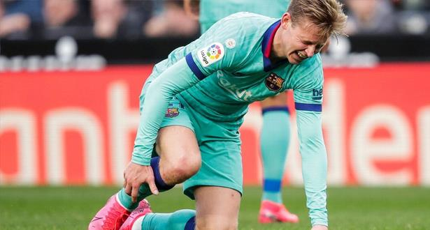 برشلونة يفقد خدمات لاعبه الهولندي دي يونغ بسبب الإصابة