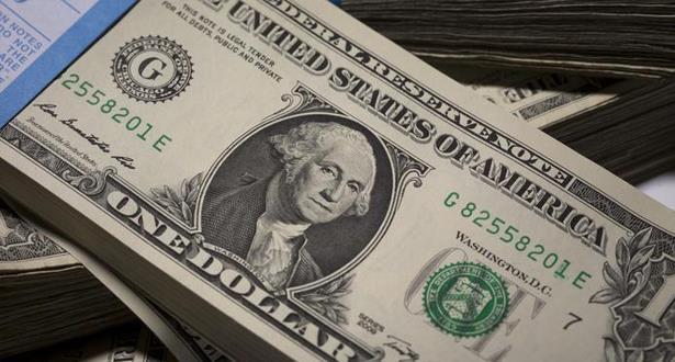 تراجع الدولار مقابل معظم العملات
