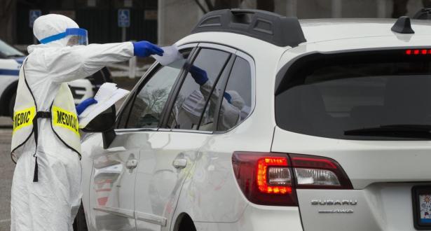 """Covid-19: un test """"drive-in"""" pour automobilistes aux Émirats Arabes Unis"""