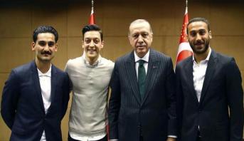 صورة أوزيل و غوندوغان مع أردوغان مازالت تثير الجدل في ألمانيا