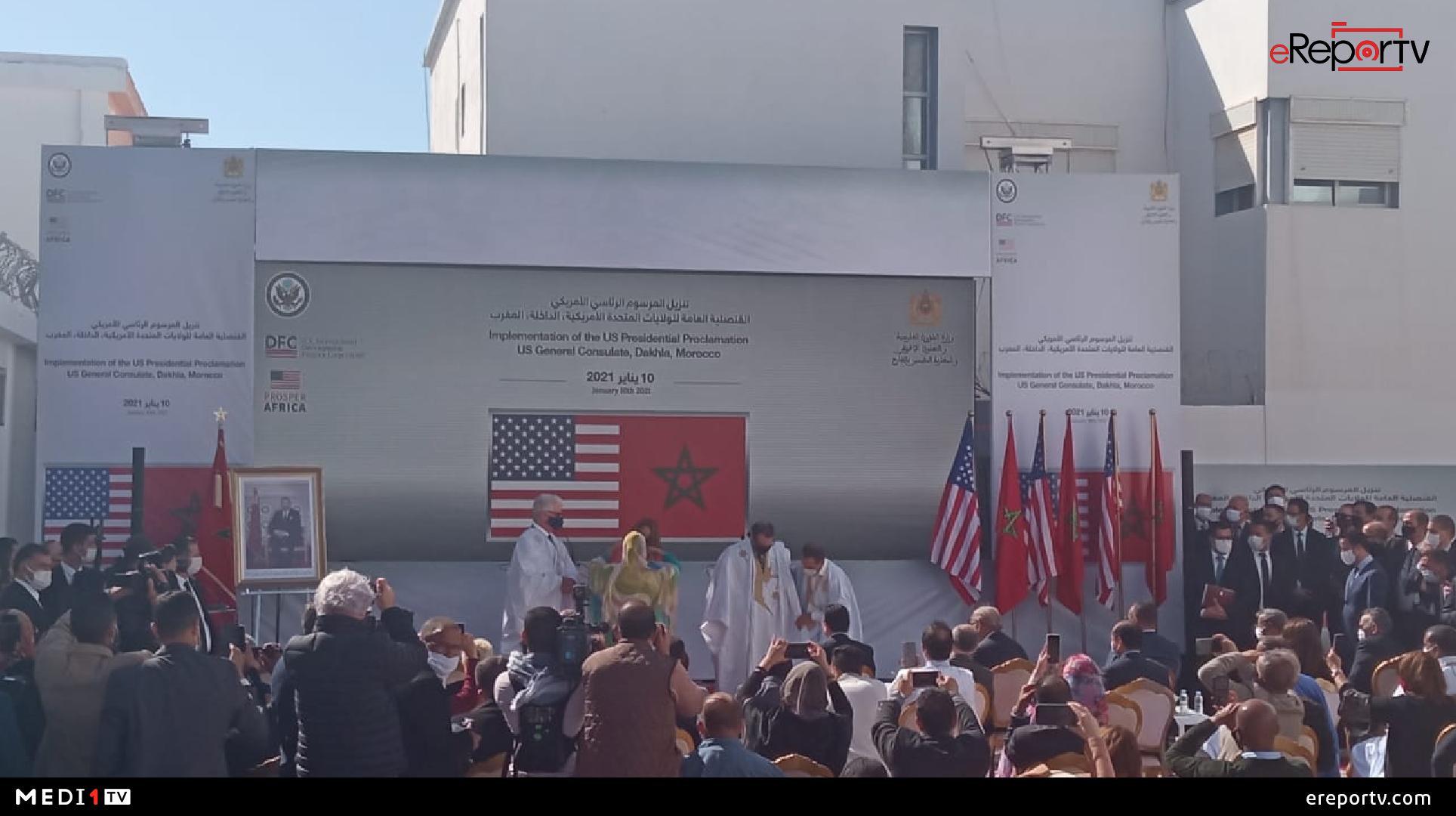 مسؤول رفيع بالخارجية الأمريكية والسفير الأمريكي بالرباط يرتديان الزي الصحراوي المغربي بالداخلة
