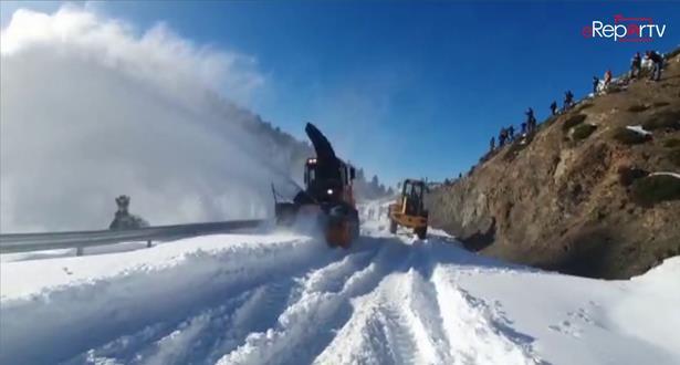 عملية إزاحة الثلوج وفتح الطرق أمام حركة السير بإقليم الحسيمة