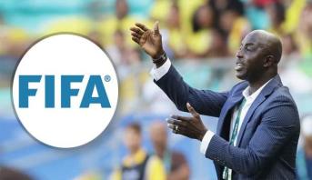 """""""فيفا"""" يعاقب مدرب نيجيريا السابق بالإيقاف مدى الحياة"""