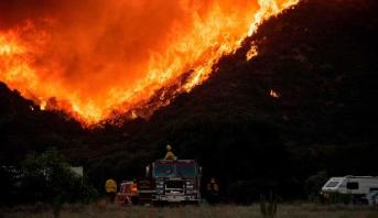 عناصر الإطفاء يكافحون لاحتواء حريق هائل في جنوب كاليفورنيا