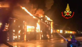 إيطاليا : اندلاع حريق مهول في ميناء أنكونا