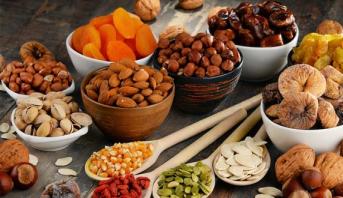 دراسة : نوع من الفواكه الجافة يمنح صحة جيدة لعمر طويل