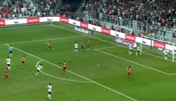 """فيديو .. هدف """"كوميدي"""" في الدوري التركي يثير استغراب الحكم"""