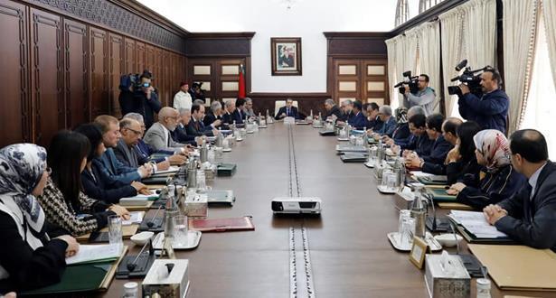 رئيس الحكومة يعلن إيقاف إجراءات أثارت ردود فعل التجار والمهنيين وأصحاب المهن الحرة
