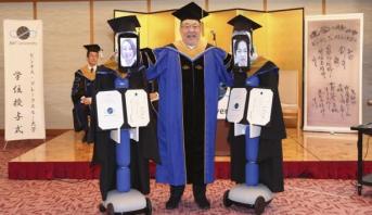 بسبب كورونا .. جامعة يابانية تنظم حفل تخرج عن بعد بمشاركة رجال آليين