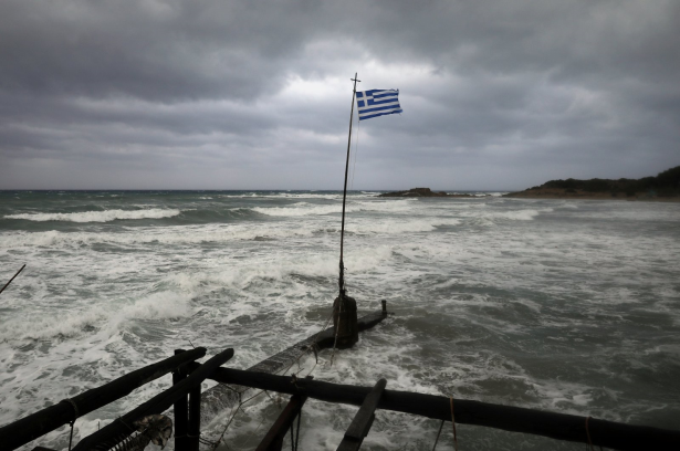 اليونان :مصرع شخصين جراء عاصفة نادرة تجتاح مناطق من البلاد