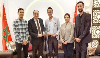 تونس.. الشاب المغربي حمزة أحادي يفوز بجائزة أحسن مبادرة عربية للتطوع