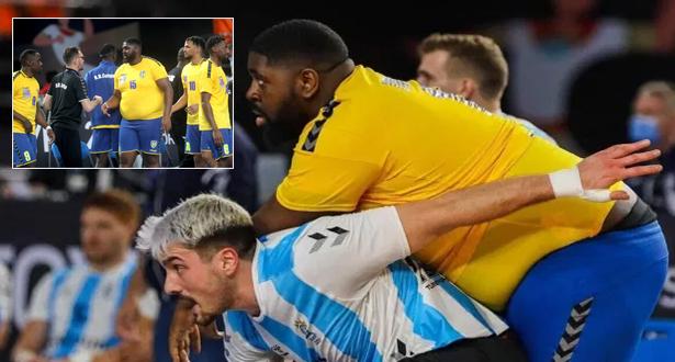 فيديو .. لاعب الكونغو يشد الأنظار في مونديال كرة اليد