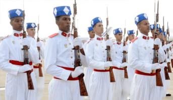 عيد العرش : الطواف بالمشاعل للحرس الملكي ينير كورنيش المضيق أمام أنظار آلاف المتابعين