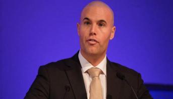 نائب هولندي سابق معروف بعدائه للمسلمين يعتنق الإسلام