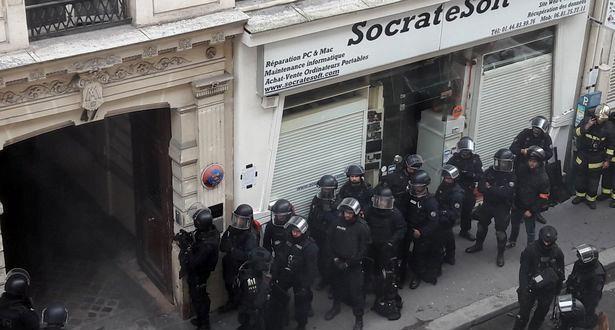 الشرطة الفرنسية : رجل يحتجز رهينتين في باريس