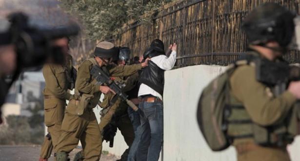الضفة الغربية .. الاحتلال الإسرائيلي يعتقل 22 فلسطينيا خلال حملة مداهمات
