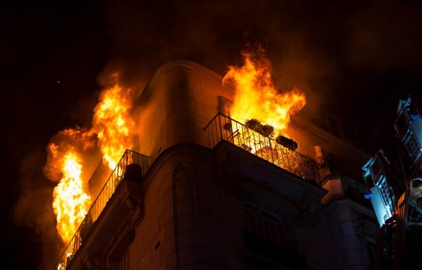 Incendie meurtrier à Paris: la suspecte placée en détention provisoire