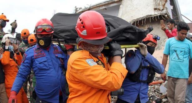 مصرع 96 شخصا على الأقل جراء زلزال وفيضانات في إندونيسيا