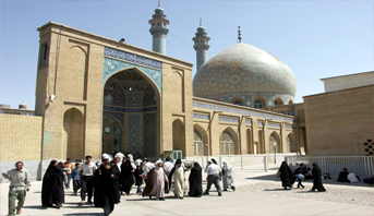 إيران تعيد فتح مساجد خلال بعض الليالي الأخيرة من رمضان