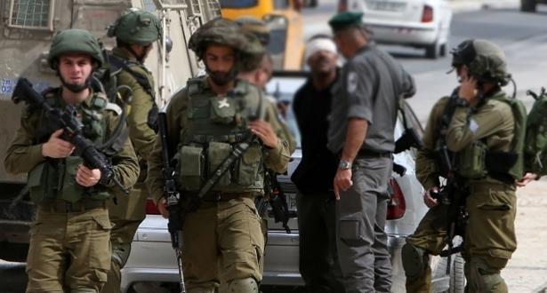 قوات الاحتلال الإسرائيلية تعتقل مسؤولين فلسطينيين اثنين