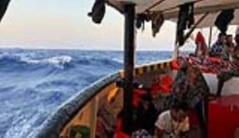 سفينة تقل مهاجرين عالقة أمام سواحل إيطاليا