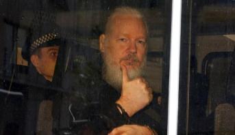 محكمة بريطانية تدين أسانج بخرق شروط إطلاق سراحه