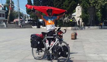 رحالة مغربي يصل إلى بيروت على متن دراجة هوائية