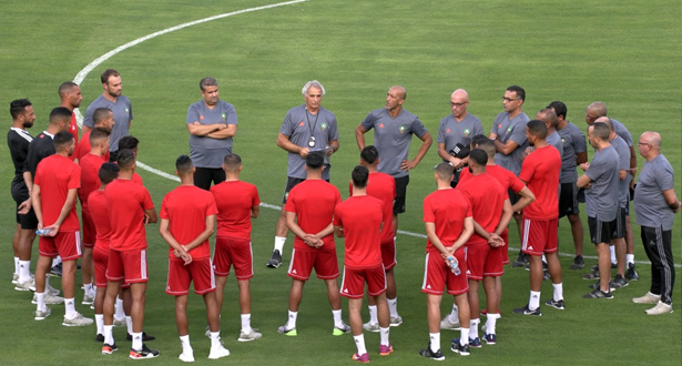 """خمسة لاعبين يغادرون معسكر """"الأسود"""" وخليلوزيتش يستدعي مدافع بيتيس"""