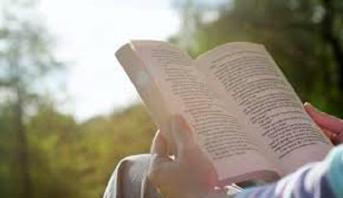 دراسة أمريكية: قراءة الكتب تطيل العمر وتحمي من الأمراض
