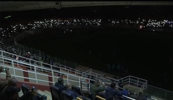 فيديو .. بعد انقطاع التيار الكهربائي، جماهير بركان تزين الملعب البلدي
