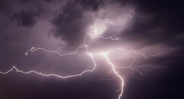 صواعق البرق تخلف عشرات القتلى شرق الهند